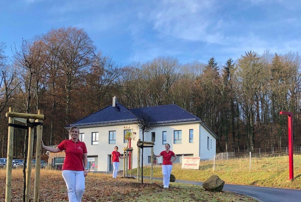 Vielen Dank für die Gutscheine zur Praxiseröffnung! Noch pünktlich vor Ende des Jahres konnten wir die Bäume der Baumschule M. Streubel aus Döbeln (OT Masten) einpflanzen.